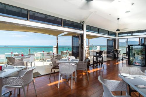 A restaurant or other place to eat at Ramada Suites by Wyndham Wailoaloa Beach Fiji