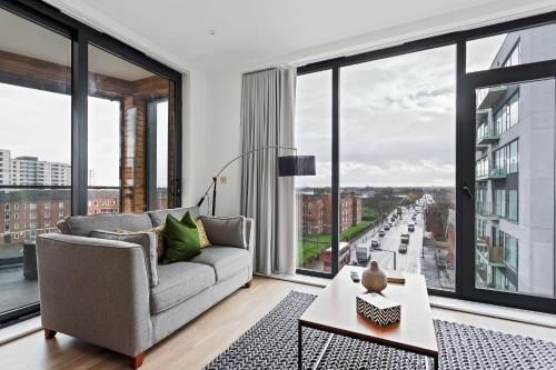 A seating area at Sophisticated 2 Bed apt w/Balcony in Wimbledon
