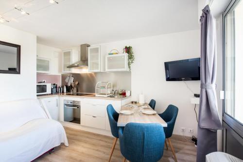 A kitchen or kitchenette at Beau Studio