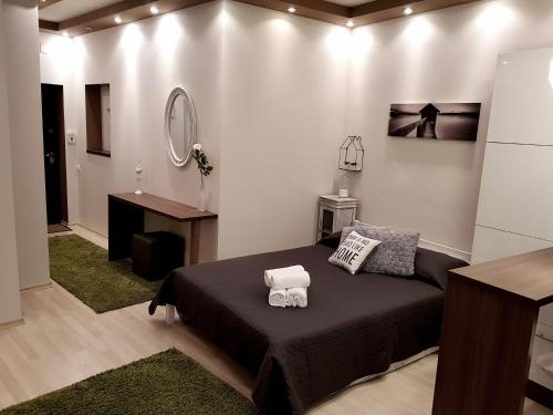 A bed or beds in a room at CHIC CENTER STUDIO