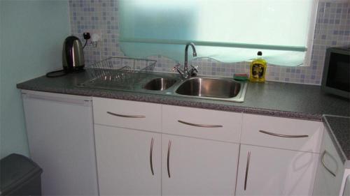 A kitchen or kitchenette at Seagulls Chalet 5, Bridlington