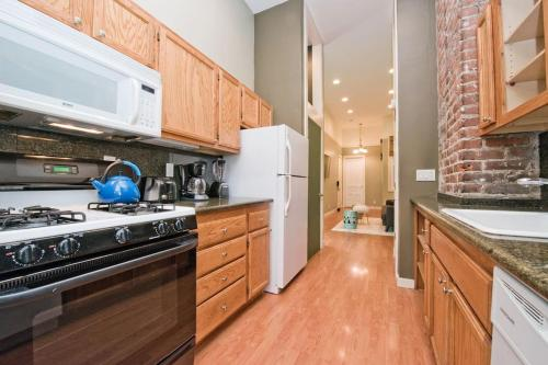 A kitchen or kitchenette at Affordable Apartment - Near Downtown and Marina