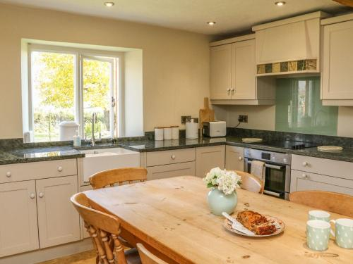 A kitchen or kitchenette at Greendown Farmhouse, Umberleigh