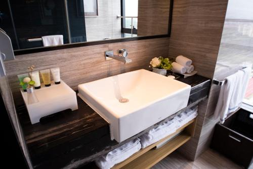 A bathroom at Howard Johnson Jinghope Serviced Residence Suzhou