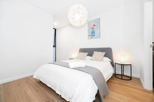 A bed or beds in a room at New 2 bed room by park and water,Close to city