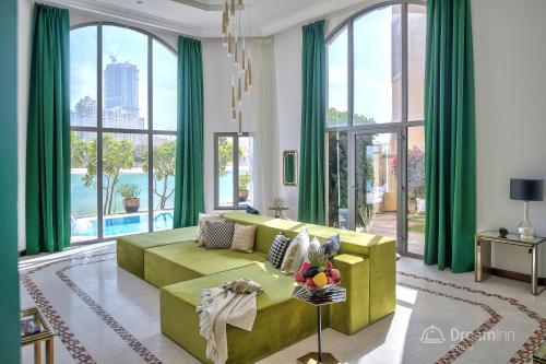 A seating area at Dream Inn - Royal Palm Beach Villa