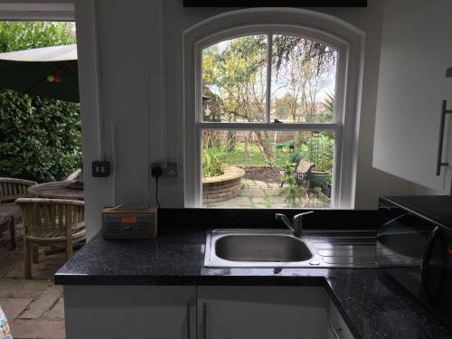 A kitchen or kitchenette at 131 Friern Barnet Road