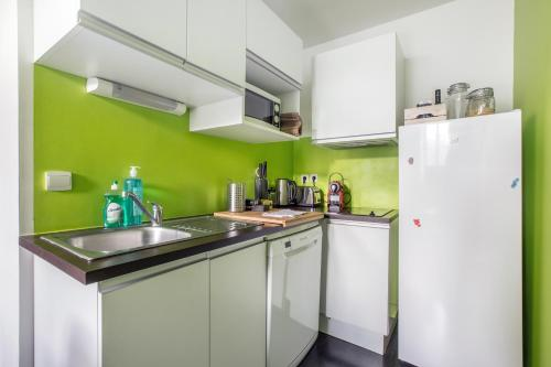 A kitchen or kitchenette at Coeur de Lille - cosy appartement 4