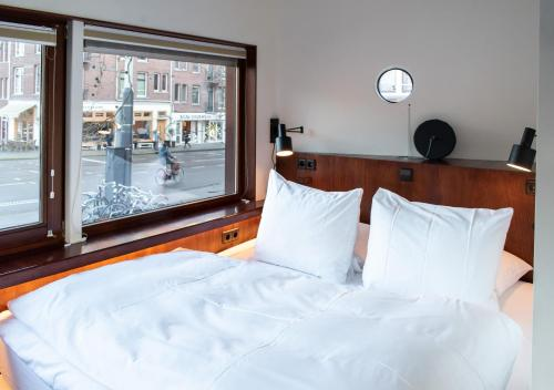 A bed or beds in a room at SWEETS hotel Zeilstraatbrug