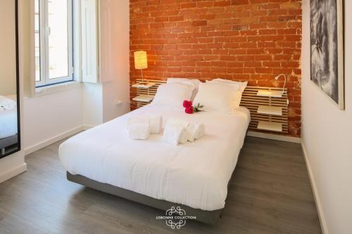 Un pat sau paturi într-o cameră la Penha de França Trendy Duplex with terrace 74 by Lisbonne Collection