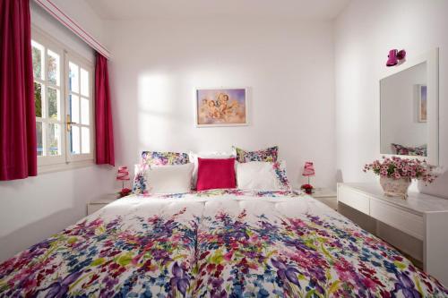 Een bed of bedden in een kamer bij Galini Holidays