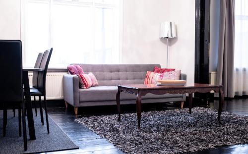 A seating area at Luna Apartments