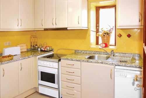 A kitchen or kitchenette at Cardais Villa Sleeps 4 WiFi