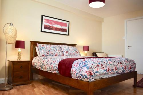 A bed or beds in a room at Newly Refurbished 2 Bedroom Apartment in Temple Bar