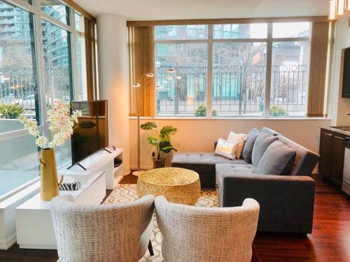 Coin salon dans l'établissement The Luxury Toronto Downtown Suites