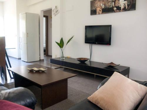 Телевизор и/или развлекательный центр в Cosy Ground Floor Apartment