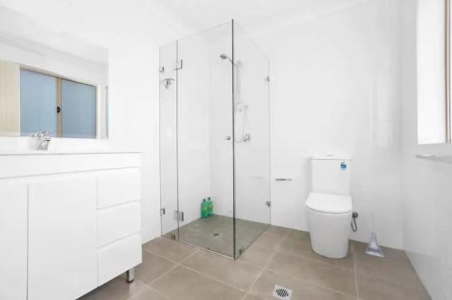 A bathroom at Riverwood Bright 3 Bedroom House with Parking