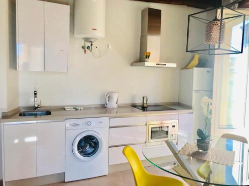 A kitchen or kitchenette at Homely Málaga Loft Gaona Centro