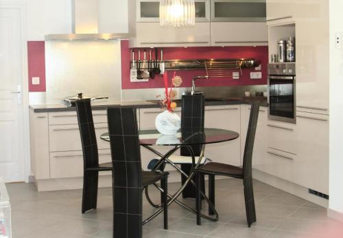 Cuisine ou kitchenette dans l'établissement Appartement 3 pièces 4 personnes grande terrasse 74954