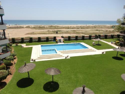 A view of the pool at Anforas Mar Apart Creixell or nearby