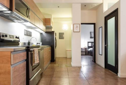 Кухня или мини-кухня в The Rosemary 2