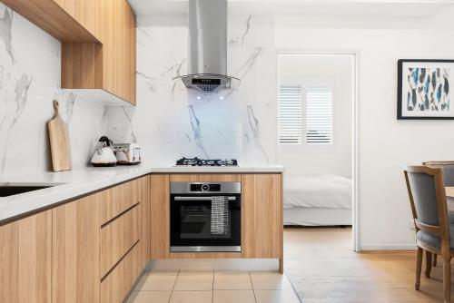 A kitchen or kitchenette at Luxury 2 Bedroom Apartment