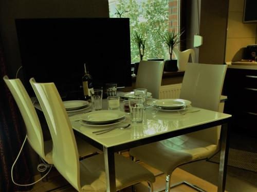 A restaurant or other place to eat at Apartament przy parku