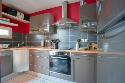 A kitchen or kitchenette at Jolie Maison à 5 minutes du Centre Ville - Air Rental