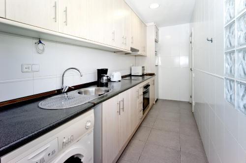 A kitchen or kitchenette at Amplio apartamento con terraza en zona muy tranquila