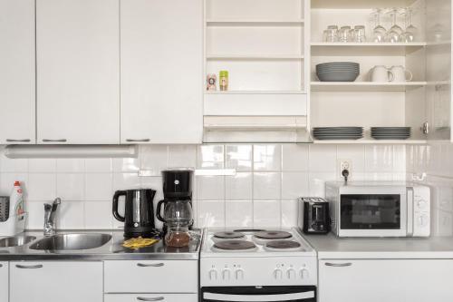 Küche/Küchenzeile in der Unterkunft Hiisi Homes Helsinki Sörnäinen