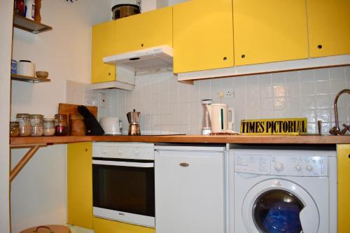 A kitchen or kitchenette at Ha'penny bridge Apartment