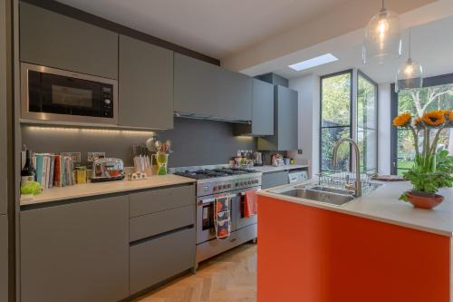 A kitchen or kitchenette at Homely 2 Bedroom House in South East London