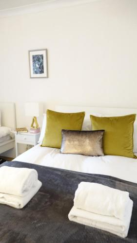 A bed or beds in a room at Bargain Stay Heathrow
