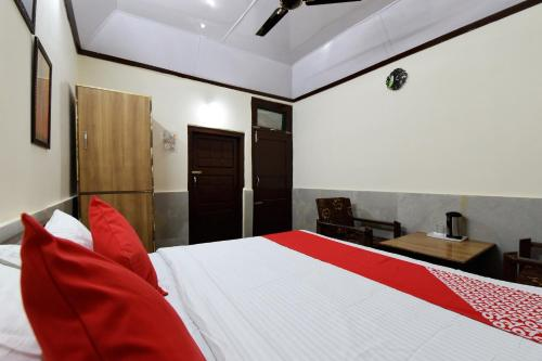 A bed or beds in a room at Garden-View Studio Home on Naggar Road