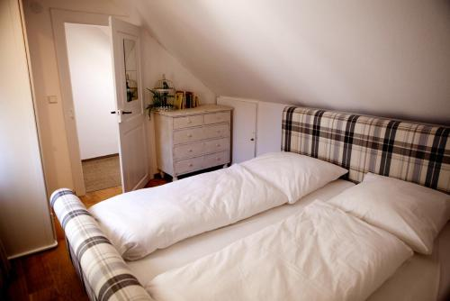A bed or beds in a room at Deluxe Apartment -NEW ENGLAND-