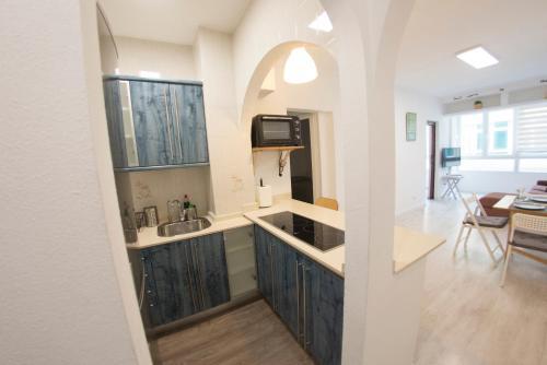 A kitchen or kitchenette at Apartamento playa de las canteras