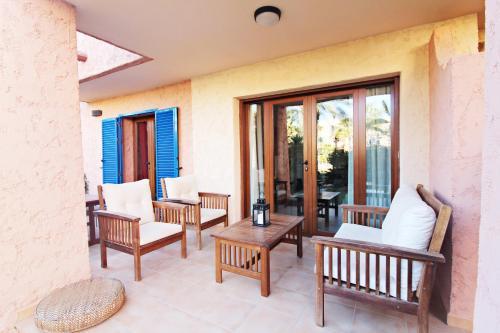 A seating area at La Kashba Bajo