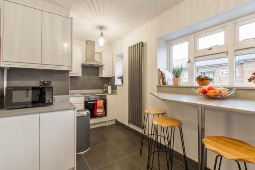 A kitchen or kitchenette at Luxury London Apartment