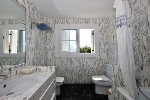 A bathroom at Villa Cala de la Mora