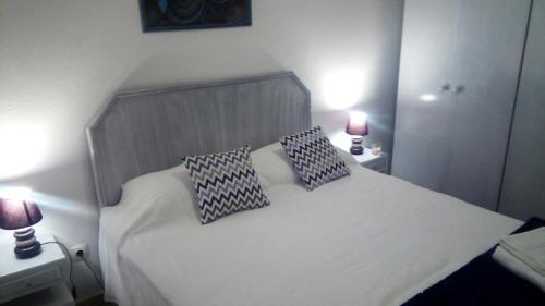 Uma cama ou camas num quarto em Estoril House Family