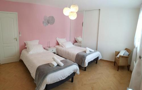 A bed or beds in a room at Au Clos des Bulles Champenoises
