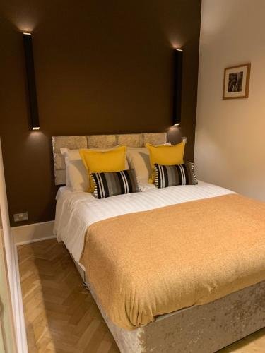 A bed or beds in a room at Luxurious 2 bedroom apartment in the heart of the City Centre