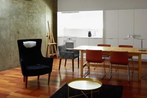 A seating area at Apartamentos Loft IFEMA Madrid