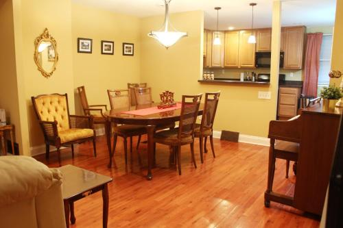 A restaurant or other place to eat at Tuscany 2900 - Classic Italian Style 3BR w Parking near Airport