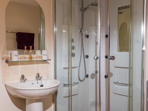 A bathroom at Sunnyside Cottage