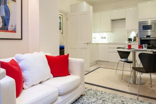 A seating area at UNIQUE APARTMENT MARBLE ARCH