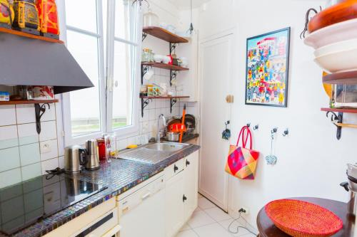 A kitchen or kitchenette at Appartement PARIS - Place Daumesnil