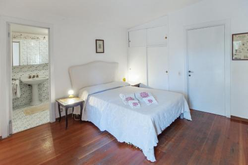 A bed or beds in a room at villa punta rossa
