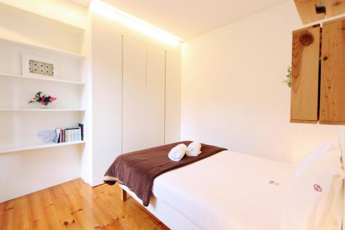 A bed or beds in a room at Bonjardim Blue Apartment F