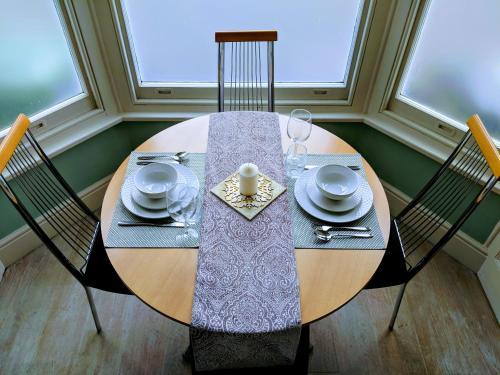 Ein Restaurant oder anderes Speiselokal in der Unterkunft Beautiful One Bedroom Ground Floor Apartment With Parking